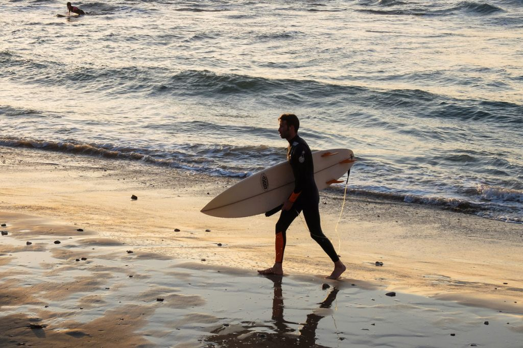 Man-wetsuit-beach