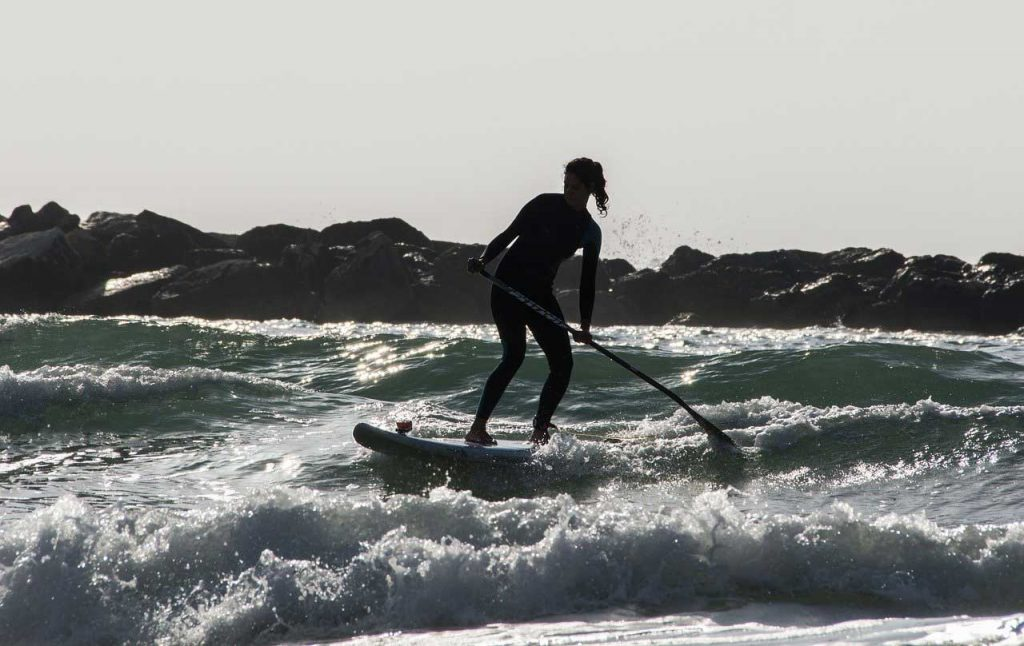 SUP-Surfing-Waves-Rocks