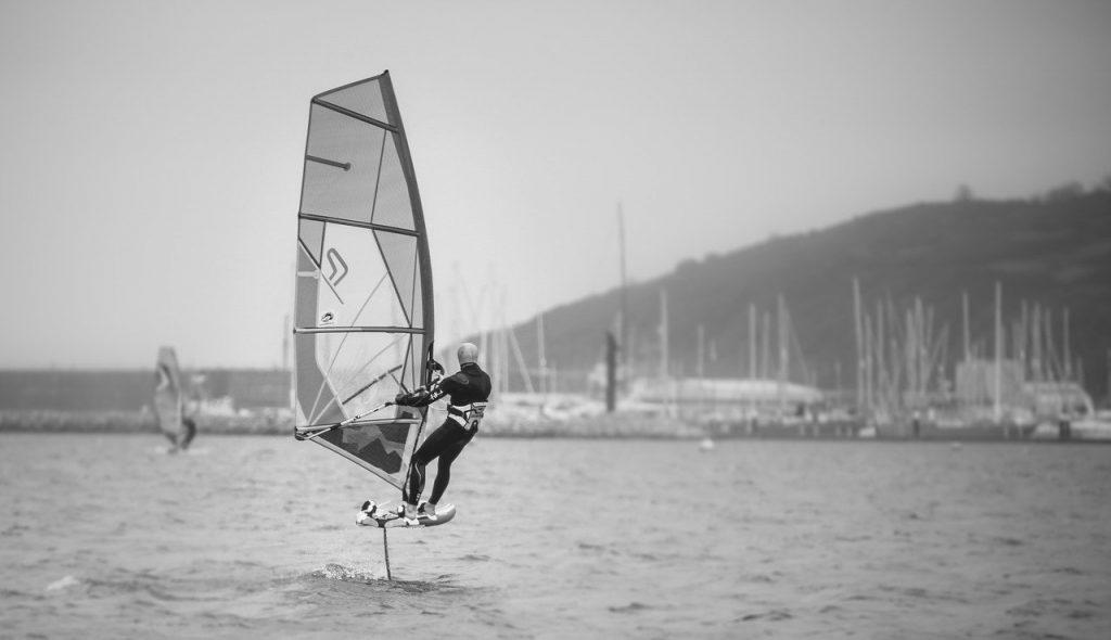 foiling-windsurfing-blackwhite