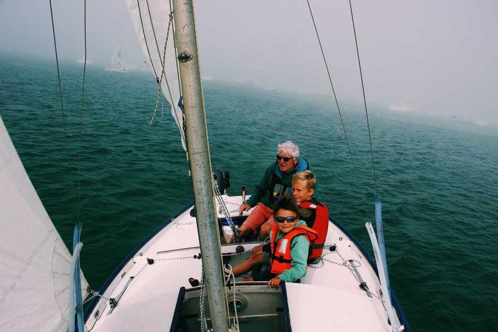 En el barco con un chaleco-salvavidas-infantil