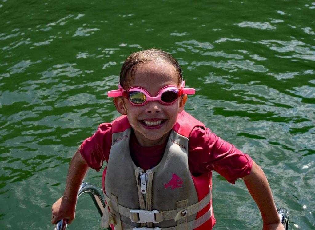 Nadando con un chaleco-salvavidas-infantil