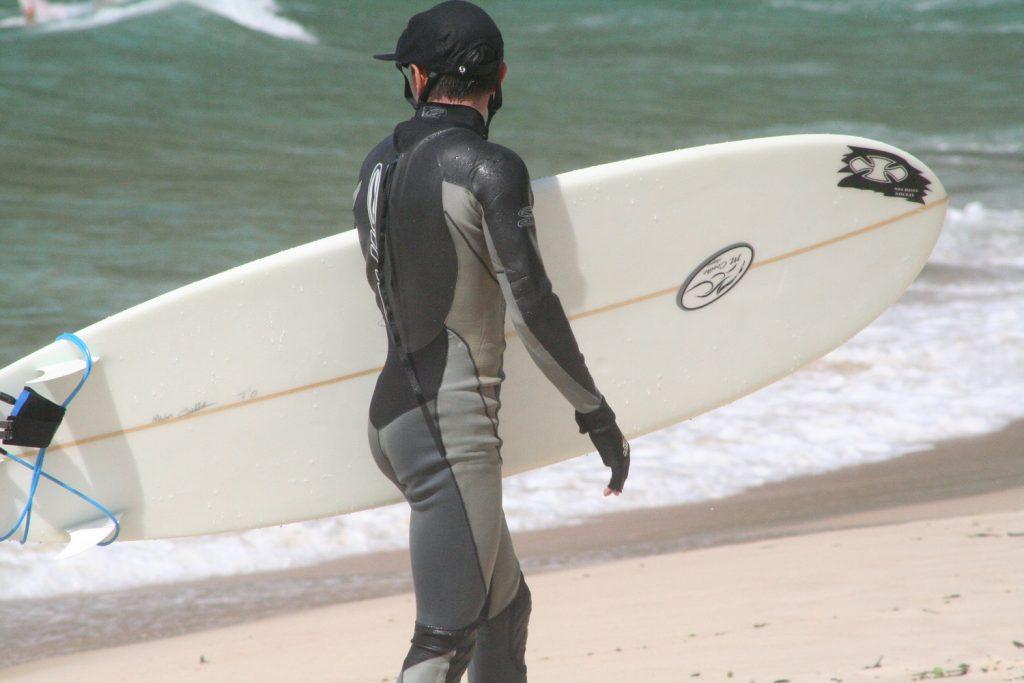 Surfeur en combinaison humide