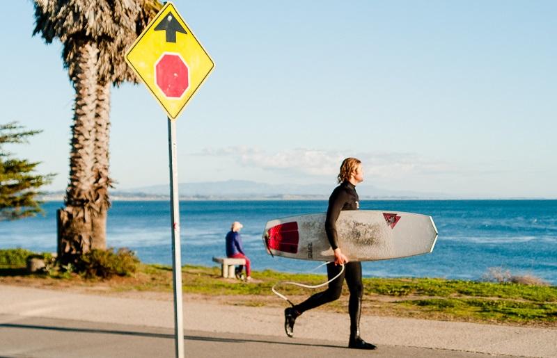 Surfeur sur un trottoir portant des bottes