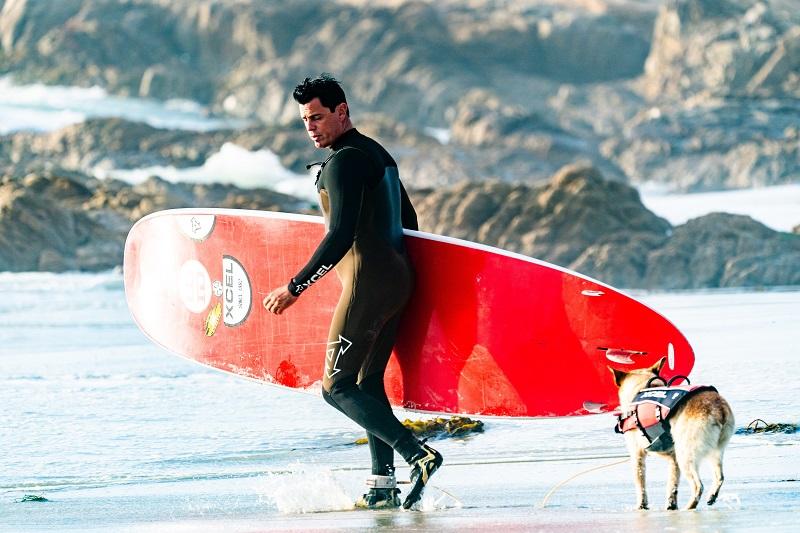 Surfeur-portant-des bottes de plage
