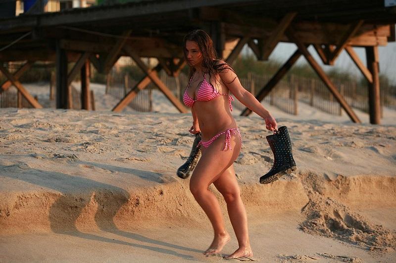 femme-portant-des-bottes-de-plage