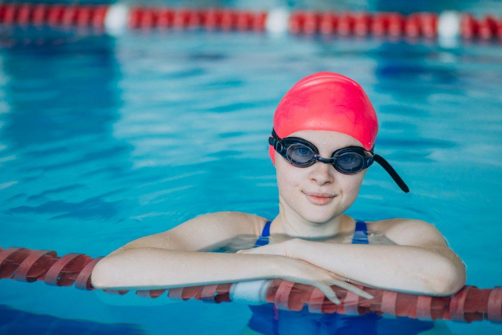 Chica ataviada con gorro de piscina